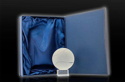 Esta bola de tenis sólida de cristal óptico de 8 cm de diámetro que descansa sobre un pedestal de cristal representa un premio perfecto para los ganadores de torneos de tenis, entrenadores y cualquier otro evento relacionado con el tenis. Disponible en 2 tamaños, 6 y 8 cm de diámetro.