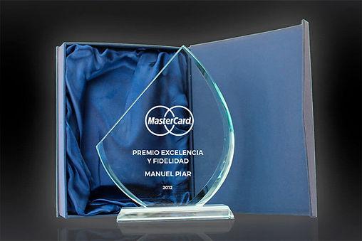 Gota de Cristal está construido con cristal óptico puro y es perfecto para reconocer a tus mejores jugadores. Este es un reconocimiento perfectamente diseñado con mucho espacio para su grabado personalizado.