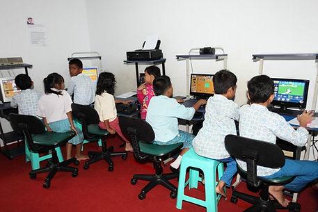 Kinderen bij de bibliotheek