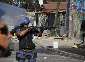 SOUTH AFRICA - Army deployed in poorest areas of Cape Town