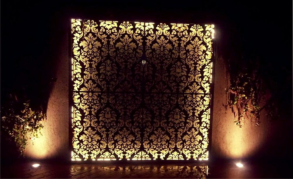 Arabesco em metal iluminado... desenvolvido pela Arquiteta Juliana Engler da Scala Engenharia - SP