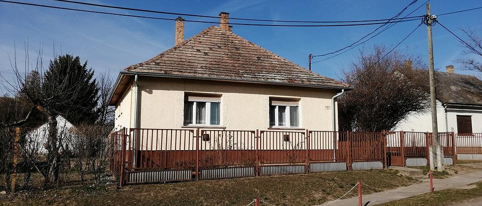 IR-88 -  3-Zi.Haus in Zentrum von Iregszemcse - Grundstück 700 m2  -  25 v. See