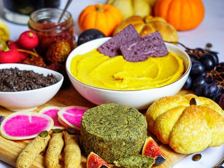 Planche apéritive vegan et sans gluten spéciale Halloween : houmous à la courge, tapenade, faux-mage