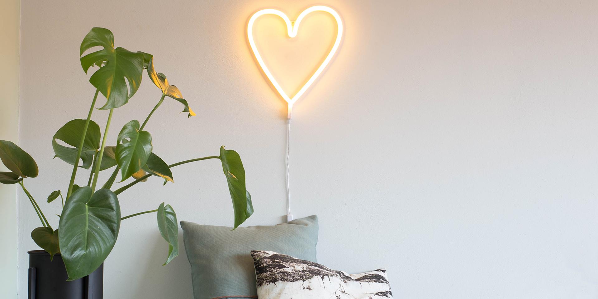 自宅用の光の文字:アートと照明をつなぐネオンライト