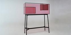 空気のようでほとんど見えない:ガラスとアクリルでできた家具