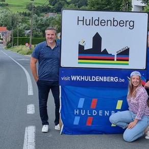 WK-vlaggen en #3040 petjes