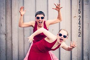 Neele Buchholz (vorne), Tänzerin, Schauspielerin und Aktivistin, und Corinna Mindt (hinten), Teamleiterin und Tänzerin der inklusiven tanzbar_bremen in Aktion. Foto: Daniela Buchholz | Danielabuchholz.de