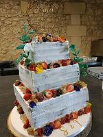 Gâteau de mariage carré nude cake fruits rouges
