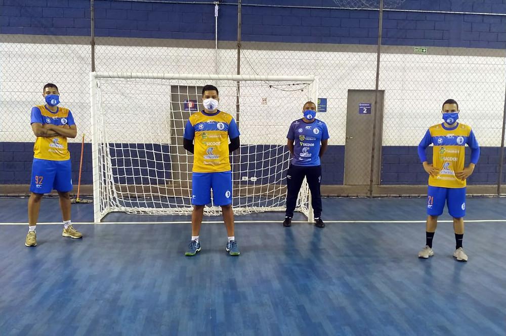 Os goleiros Jholl, Vitão e Kauê, com o preparador de goleiros, Marquinhos (de camisa azul), no retorno aos treinos presenciais do Taubaté Futsal (Divulgação / Taubaté Futsal)