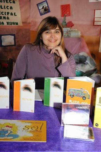 Angélica Rizzi autografa livros no Café com Música