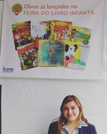 Autografando na 10ª Feira do livro infantil
