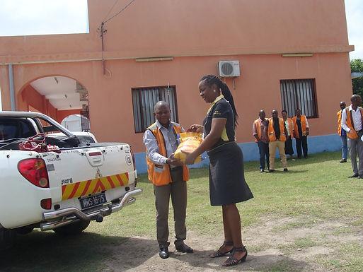 Trabalhadores do Aeroporto da Beira oferecem produtos as vítimas das cheias
