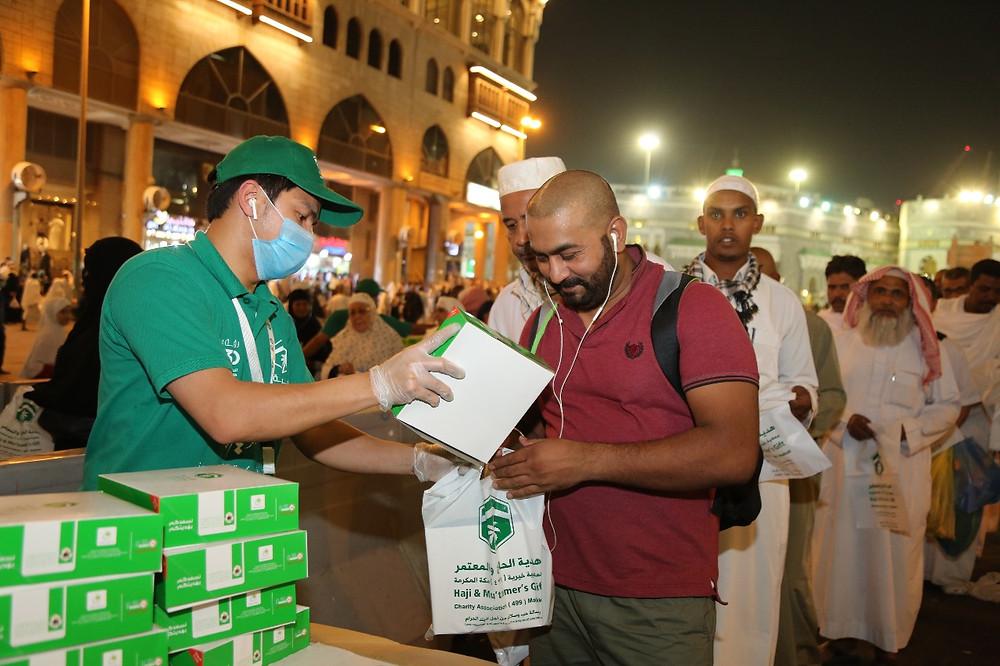 توزيع وجبة سحور هدية في ساحات المسجد الحرام ١٤٤٠