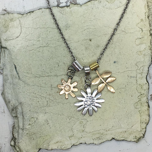 Charms pendant - silver embossed daisy
