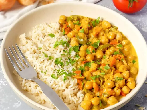 Caril de grão com arroz de couve-flor