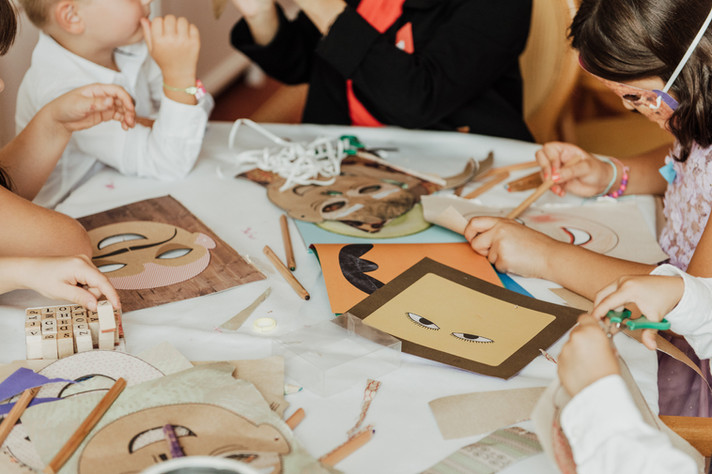 Die Kreativwerkstatt   Armbänder mit Buchstaben basteln, Masken bemalen, eine Stickersafari machen kann man in unserer Kreativwerkstatt.    Masken bemalen Turnbeutel bedrucken Puzzles gestalten Armbänder basteln Knetfiguren zaubern  Kinderbetreuung auf PR Events Agentür STILGEFLÜSTER - LUYA Kidscorner, mehrsprachige Kinderbetreuung
