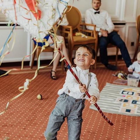 Die Bewegungswerkstatt  Piñata Dosenwerfen Circus Workshop ( Akrobatik/Jonglage/uvm.) Stelzen laufen Hoola Hoop Bobby Car fahren (falls der Hotelboden es zulässt) Lauflernwagen/Buggy schieben Bälle rollen/werfen Boule, ...  LUYA Kidscorner - Anna-Julia Schlemminger