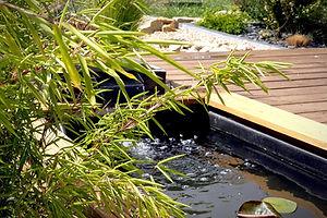 Bassin de jardin avec bambou