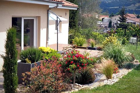 Aménagement autour d'une terrasse - jardinière pierre bleue