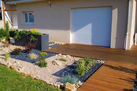 Terrasse bois - jardinière en pierre bleue