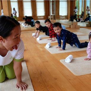 Йога дома для взрослых и детей — советы от Six Senses Hotels Resorts & Spas