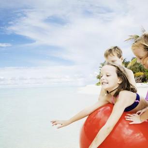 Детский клуб курорта Kanuhura Maldives — познавательное веселье на свежем воздухе.