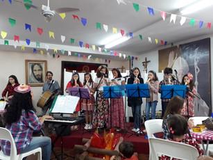 Coro de flauta animando Festa Junina