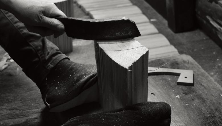 1. わりなたを使い、側板を割り出していく。大抵の場合は柾目に割る。