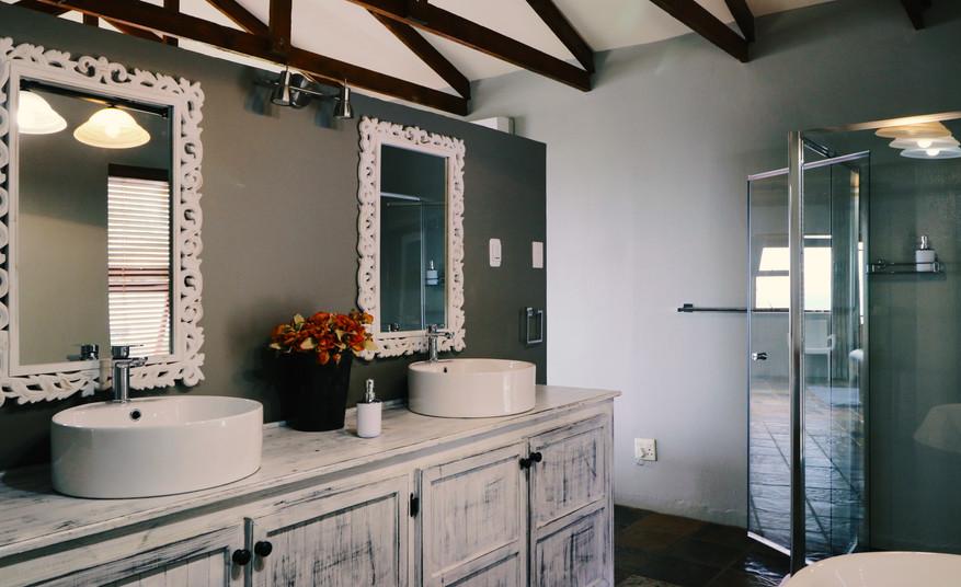 Honeymoon - Bathroom Overview 1.jpg