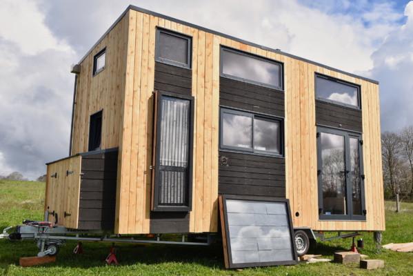 Pierre-Alain Lévêque et Clément Chabot du Low-tech Lab ont construit une tiny house regroupant une dizaine de low-tech pour vivre en toute autonomie. (Crédit : Low-tech Lab)