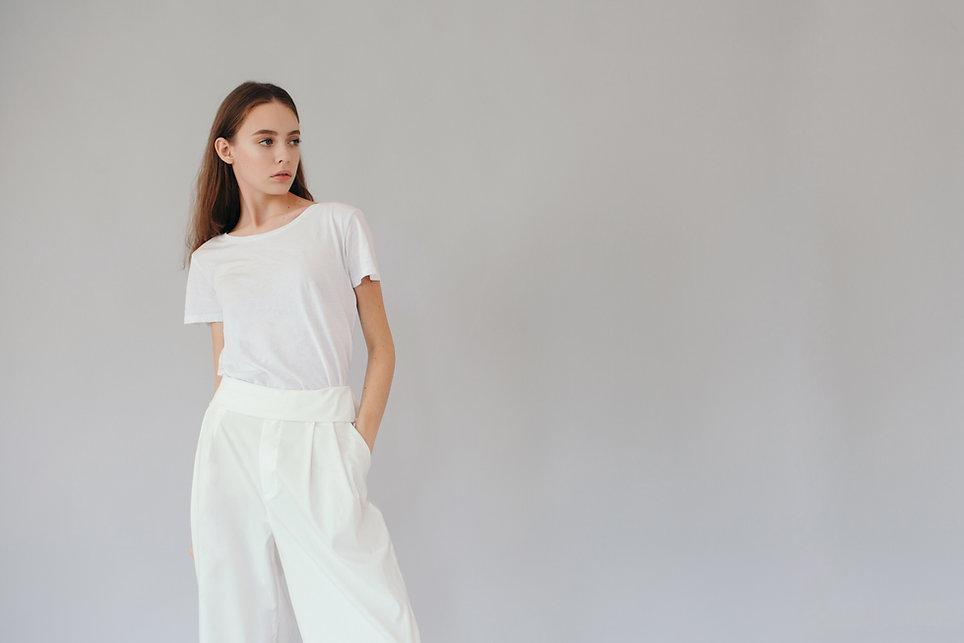 白を身に着けている女性