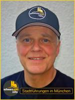Wolfgang Brehm als Stadtführer mit BaseCap