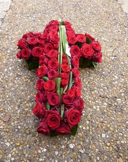 Croix  de roses rouge