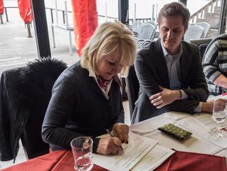 MdB Angelika Krüger-Leißner und Benjamin Grimm unterzeichnen Petition