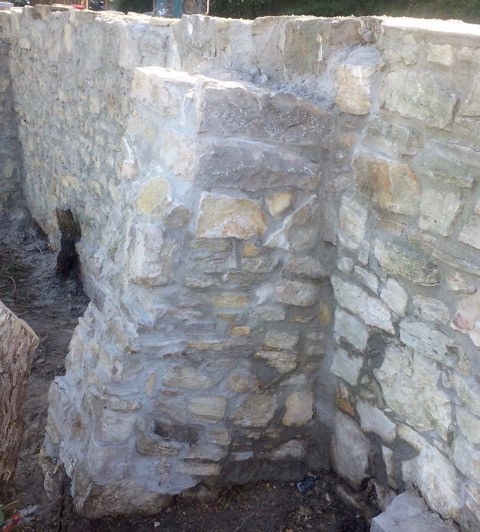 Kalksteinmauer vollendet