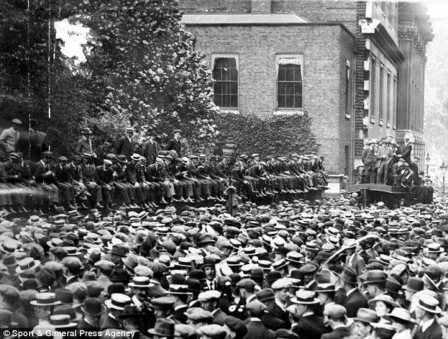 Metropolitan Police officers on Downing Street 1918