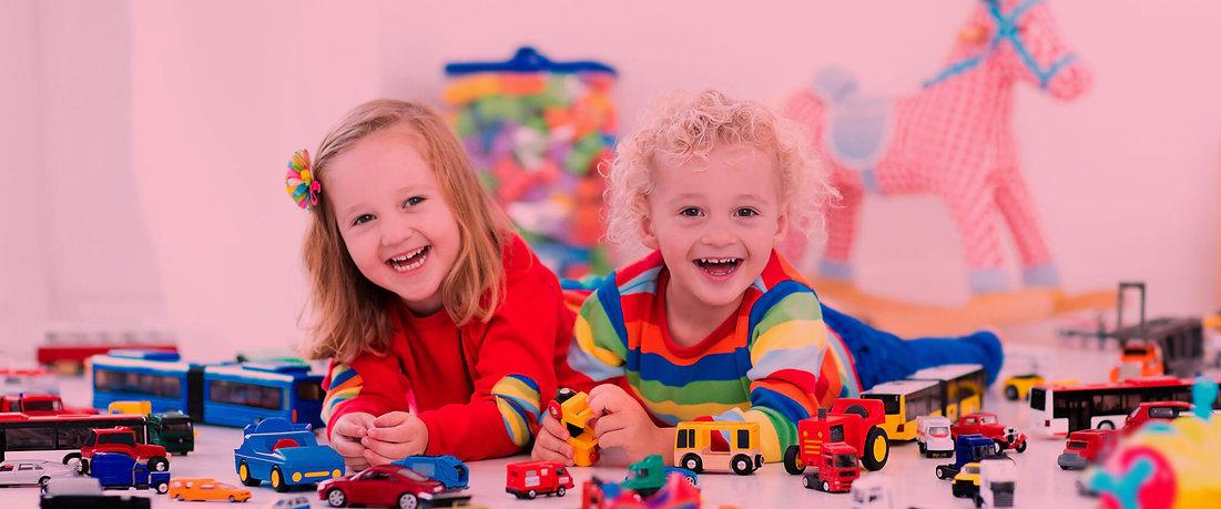 Crianças felizes brincando