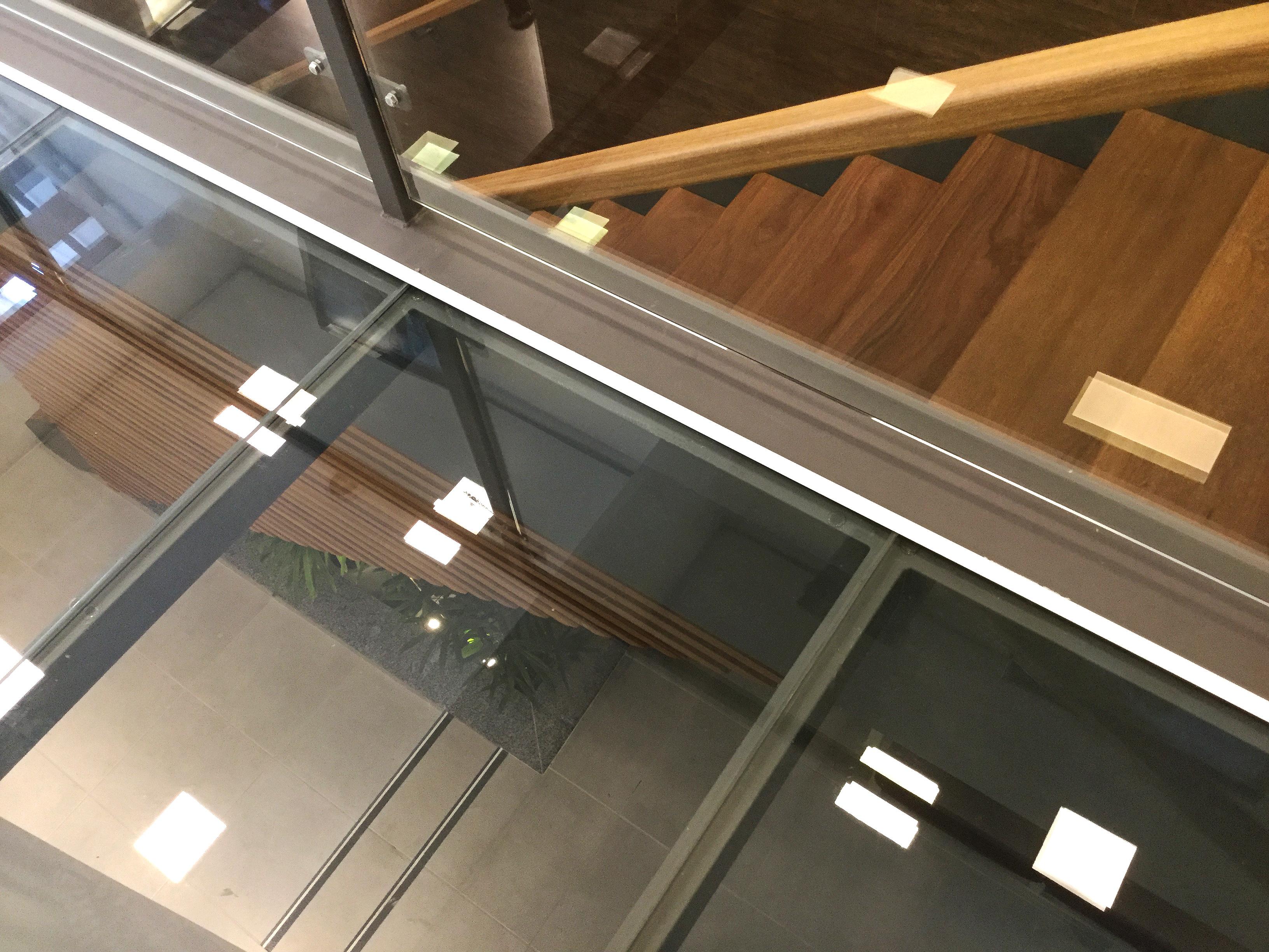Detalhe escada e piso de vidro