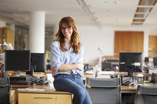 Femme assise sur le bureau