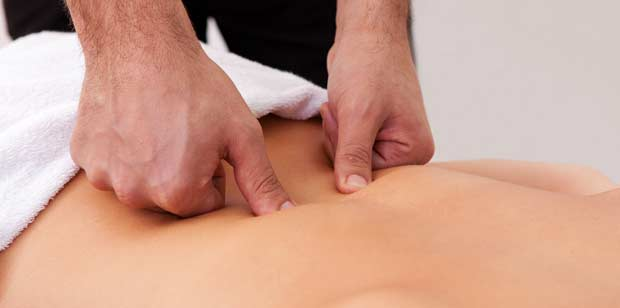 Chiropractor-analyzing-the-back-of-patient