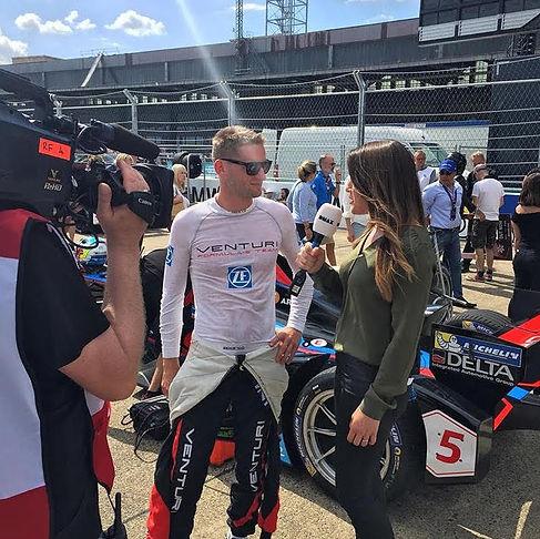 Birgit Nössing mit Formel-E Fahrer Maro Engel.