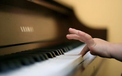 child-finger-playing-piano-254460.jpg