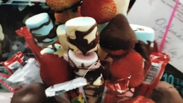 Canasta de fresas cubiertas de chocolate