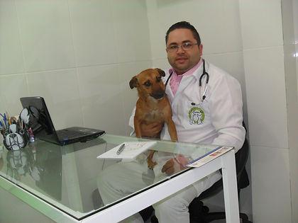 Dr Roberto Siqueira e a mascote da Clinical Pets São caetano do Sul - São Paulo