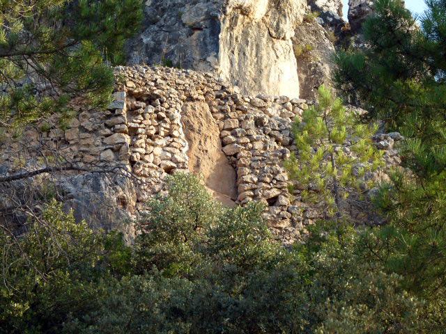 Acueducto medieval en la naturaleza