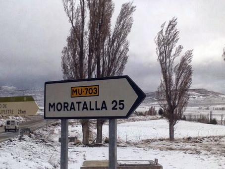 Nieve en las pedanías altas de Moratalla: decenas de coches atrapados en las carreteras