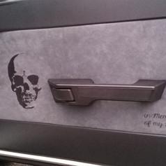 Stickerei auf Innenverkleidung vom Auto