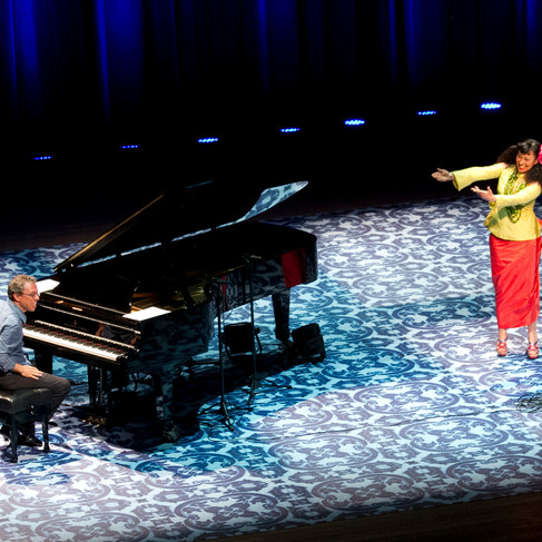 Show da cantora Maria João Portugal). Cenografia e luz: Cláudia de Bem. Projeto Unimúsica. Porto Alegre. 2011. Foto: Maciel Goelzer