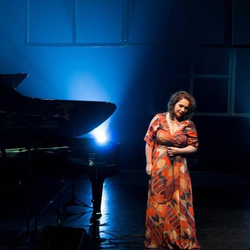 Show da cantora Gisele de Santi. Casa. Direção e design Cênico: Cláudia de Bem. Sesc Pompéia. São Paulo. 2016.