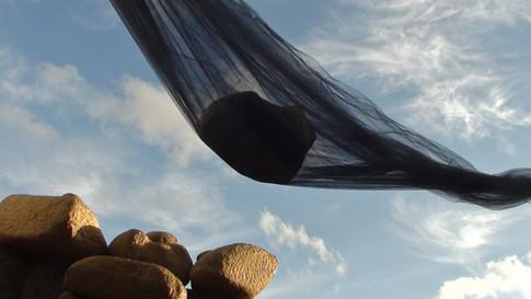 """""""Pedras ao vento"""". Foto Instalação com a obra da artista Ena Lauter. Galeria de Arte do DMAE. Porto Alegre. 2012. Foto: Cláudia de Bem"""